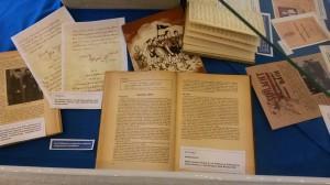 Blick in eine der Ausstellungsvitrinen. Foto: IfZ-Archiv. Alle Rechte vorbehalten.