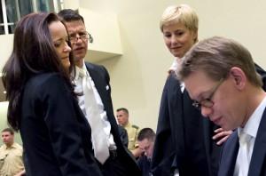 Von links nach rechts: Die Angeklagte Beate Zschäpe mit ihren drei Verteidigern Wolfgang Stahl, Anja Sturm und Wolfgang Heer im Gerichtssaal des OLG München. [Foto: dpa]