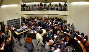Der Gerichtssaal im OLG München. Die Gerichtsreporter sitzen während des Prozesses im linken Bereich oben auf der Empore. [Foto: dapd]