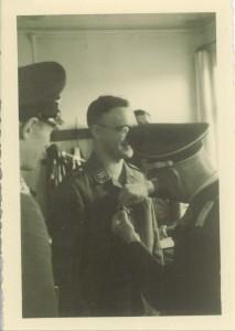 Verleihung des Kriegsverdienstkreuzes an Albert Ritthaler, in: IfZArch, ED 659/1. Foto: IfZ-Archiv. Alle Rechte vorbehalten.