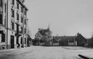 Blick von der Nikolaistraße über den Nikolaiplatz auf die Seidlvilla, um 1905 Foto: Georg Pettendorfer (StadtA München: FS-NL-Pett1-2536)