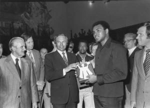 Münchens Oberbürgermeister Georg Kronawitter empfängt den Boxer Muhammed Ali, 21.5.1976