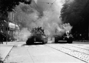 Russische Panzer rollen den Prager Frühling nieder: Originalaufnahmen von 1968