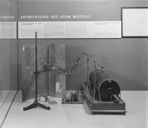 Fotografie der Ausstellung Physik im Deutschen Museum Anfang der 1960-er Jahre mit Lenards Objekten (DMA, BN 03274). Blogparade #Deutungskämpfe