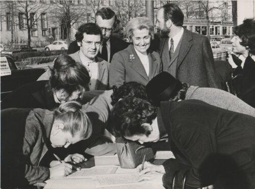 """Proteststand des """"Landesbürgerkomitee Rundfunkfreiheit"""" mit Hildegard Hamm-Brücher (Mitte) in der Münchner Innenstadt, rechts hinten Hans Engelhardt, FDP-Oberbürgermeisterkandidat, 16.03.1972 Foto: BR, Blogparade Deutungskämpfe"""