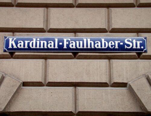 """Straßenschild """"Kardinal-Faulhaber-Straße""""; Foto: Archiv und Bibliothek des Erzbistums München und Freising. Blogparade #Deutungskämpfe"""