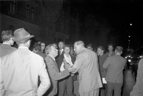 Schwabinger Krawalle, Juni 1962. Diskutierende Männer. Blogparade #DeutungskämpfeStadtarchiv München
