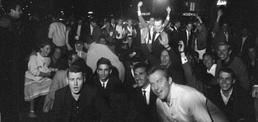Schwabinger Krawalle Juni 1962. Tanzende und lachende junge Männer und Frauen auf der Leopoldstraße.Blogparade-deutungskaempfe. Stadtarchiv München