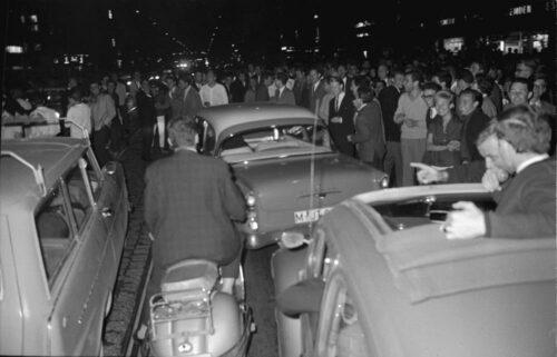 Schwabinger Krawalle, Juni 1962. Menschenmenge, Autos und Motorroller auf der Leopoldstraße. Blogparade Deutungskämpfe. Stadtarchiv München