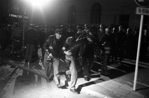 Schwabinger Krawalle, Juni 1962. Polizisten führen einen Verhafteten ab. Blogparade #Deutungskämpfe. Stadtarchiv München