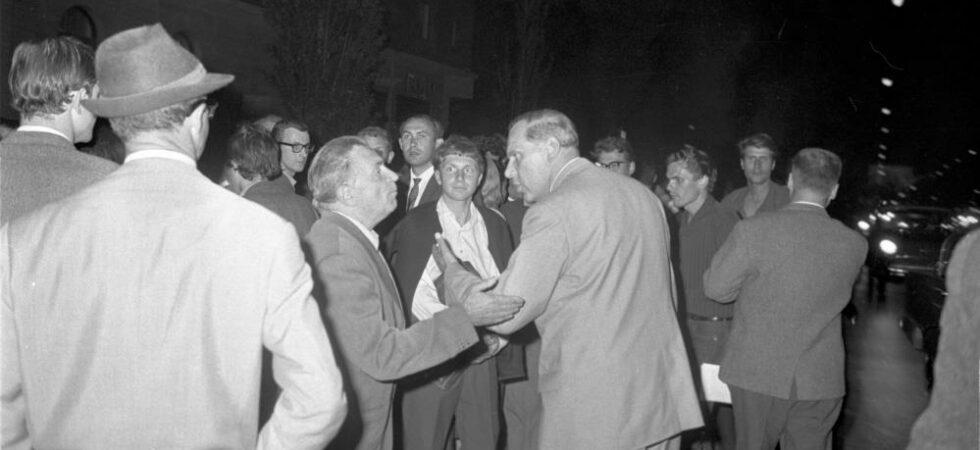 Zwei Männer diskutieren während der Schwabinger Krawalle 1962; Blogparade Deutungskaempfe