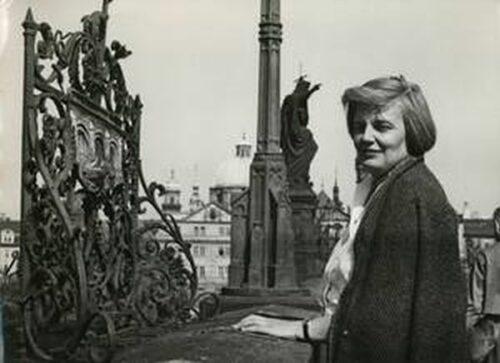 Johanna von Herzogenberg Mitte der 1960erjahre in Prag auf der Karlsbruecke bei Johannes von Nepomuk - Sudetendeutsches Institut. Blogparade #Deutungskämpfe
